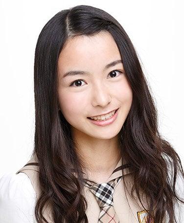 佐々木琴子の2013年デビュー当時の写真。今とは髪の毛の分け目が真逆になっているが、この当時から前髪も長く伸ばしたワンレンボブであるという点は変わっていない。