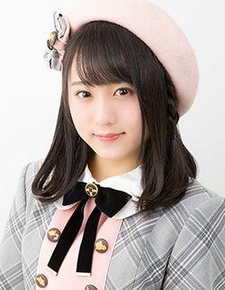 制服姿の坂口渚沙さん